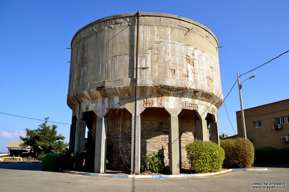 מגדל המים הותיק של מושב באר טוביה - צילום: אפי אליאן