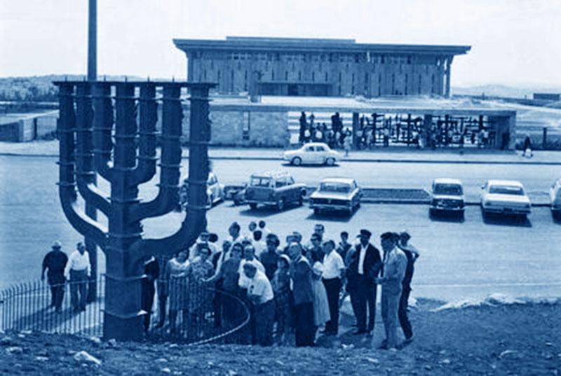מיקום המנורה בגבעת רם - שנת 1966 - עיבוד לצילום המקור: תמר הירדני (ויקיפדיה ישראל)