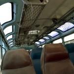 פנים האוטובוס - קאוצ' , או בעברית - גמל, חלונות בתקרה, ואכסון תיקים מעל - צילום: אפי אליאן