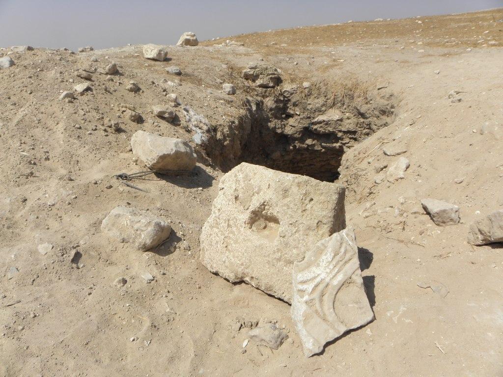 הדרך שפרצו השודדים לתוך בטן האדמה בחברת שמריה - צילום: רשות העתיקות