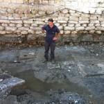 אחד מאנשי רשות העתיקות על אבני הנמל העתיק ביפו