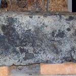 אחת מאבני הקשירה שנמצאו בקרקעית חומת הים הדרומית בעכו