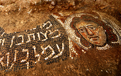 כיתוב עברית עתיקה בפסיפס שנחשף בקיבוץ חוקוק בצפון - צילום: ג'ים הוברמן