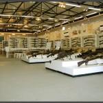 """במות תצוגה של תת מקלעים במוזיאון בתי האוסף של צה""""ל"""