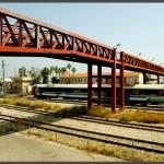 גשר הרכבת והרכבות החולפות מתחתיו במוזיאון הרכבת בחיפה