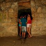 ילדים בכניסה למערת מעין הסטף לקראת זחילה בנקבה