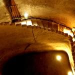 ירידה במדרגות לאחד מבורות המים בתל מרשה