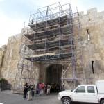 פיגומים בצמוד לשער האריות - צילום: אבי משיח - רשות העתיקות