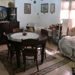 חדר מגורים לדוגמא במוזיאון מזכרת בתיה