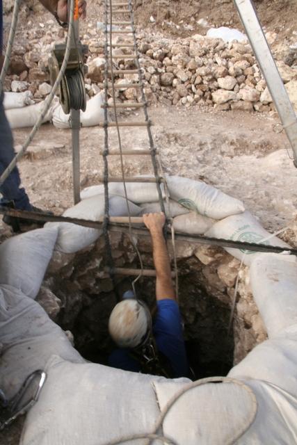 עובדי רשות העתיקות יורדים אל תוך הבאר. צילום: יותר טפר, באדיבות רשות העתיקות