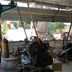 המנוע וכלי עבודה המחובר אליו כדרך רצועות בתקרה