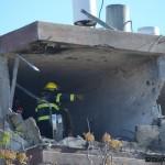 כבאי בטרם הוצאת גופות הנפגעים בבניין מגורים בקרית מלאכי