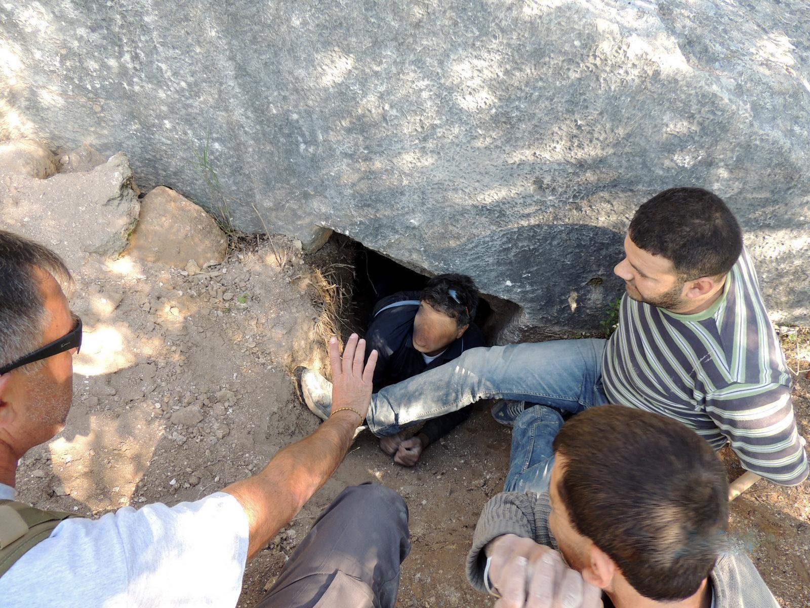 מאירוע התפיסה (פני החשוד היוצא מן המערה טושטשו) צילום: היחידה למניעת שוד ברשות העתיקות
