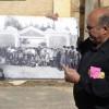 רון שני מציג תמונה ישנה של מפעילי פרדס מינקוב - צילום רפרודוקציה : אפי אליאן