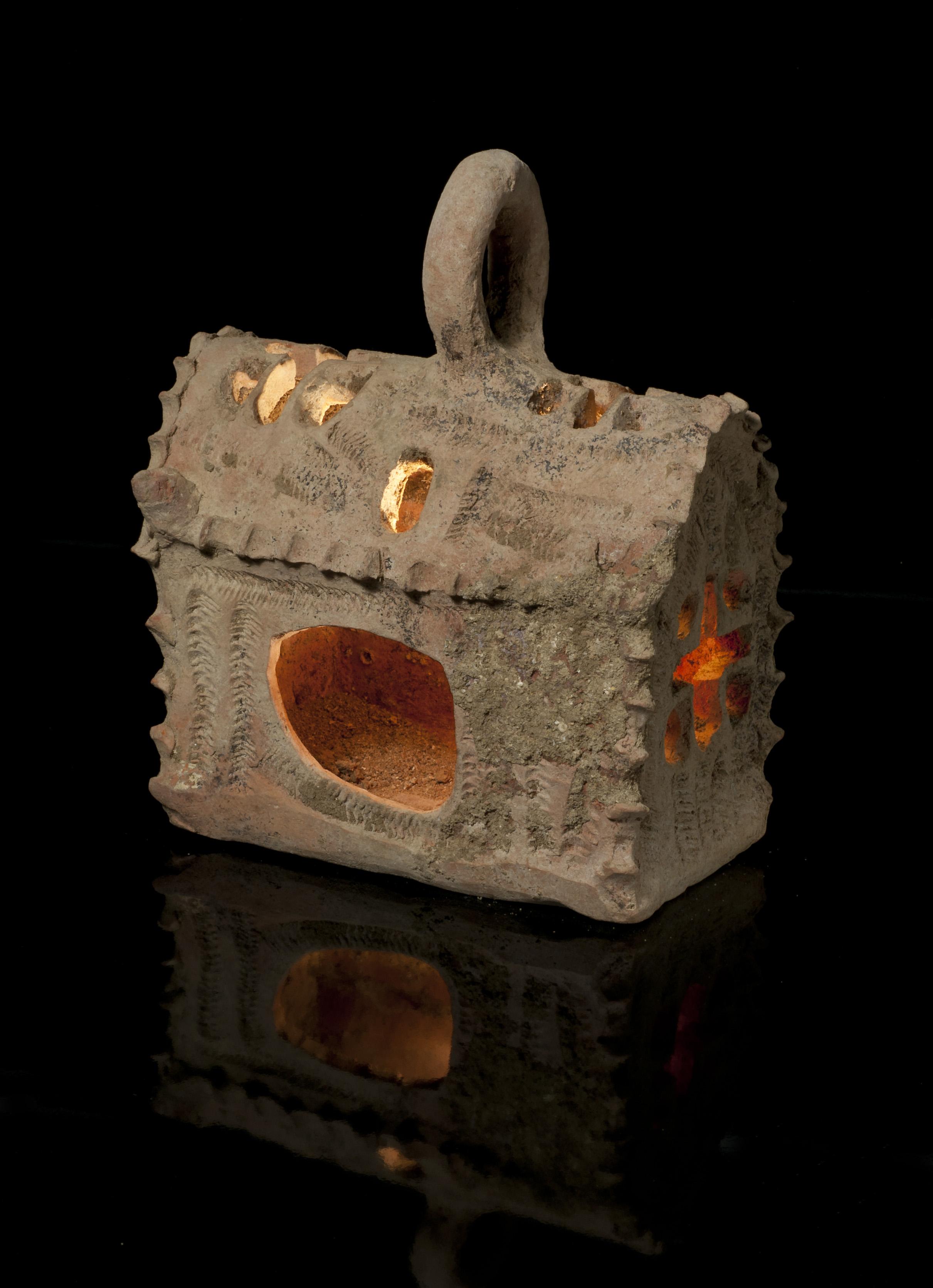 צלמית המנורה - צילום:קלרה עמית, באדיבות רשות העתיקות