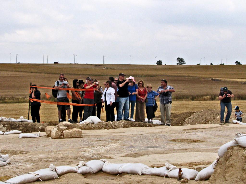 מבקרים באתר החפירות בו התגלה הפסיפס בבית קמה - יעל יולוביץ, באדיבות רשות העתיקות