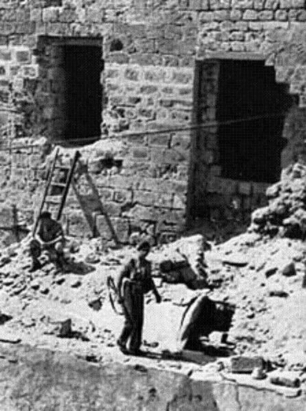 """קיר הכלא לאחר מבצע הפריצה של ארגון האצ""""ל ב-1947 - צילום: ארכיון"""