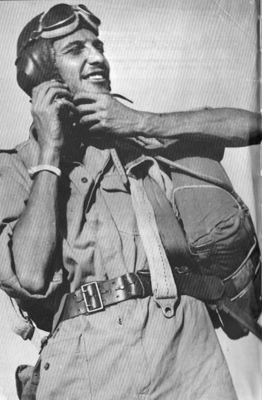 עזר ויצמן כטייס צעיר בשנת 1948 - צילום: ארכיון
