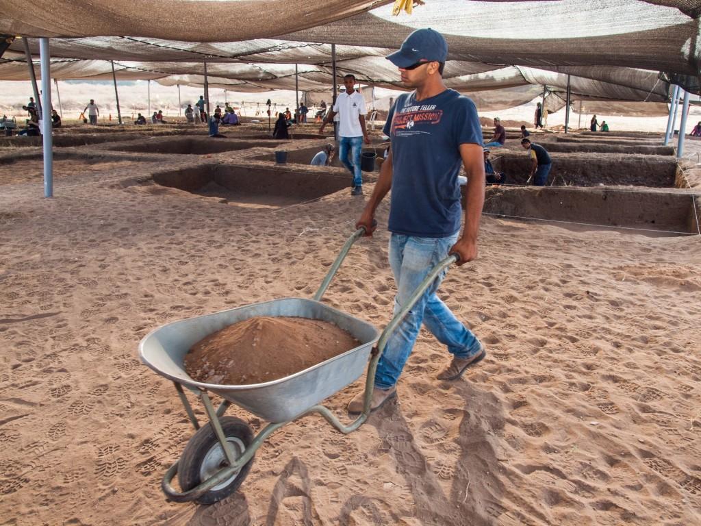 עובדים בחפירת אפולוניה. צילום: אסף פרץ, באדיבות רשות העתיקות