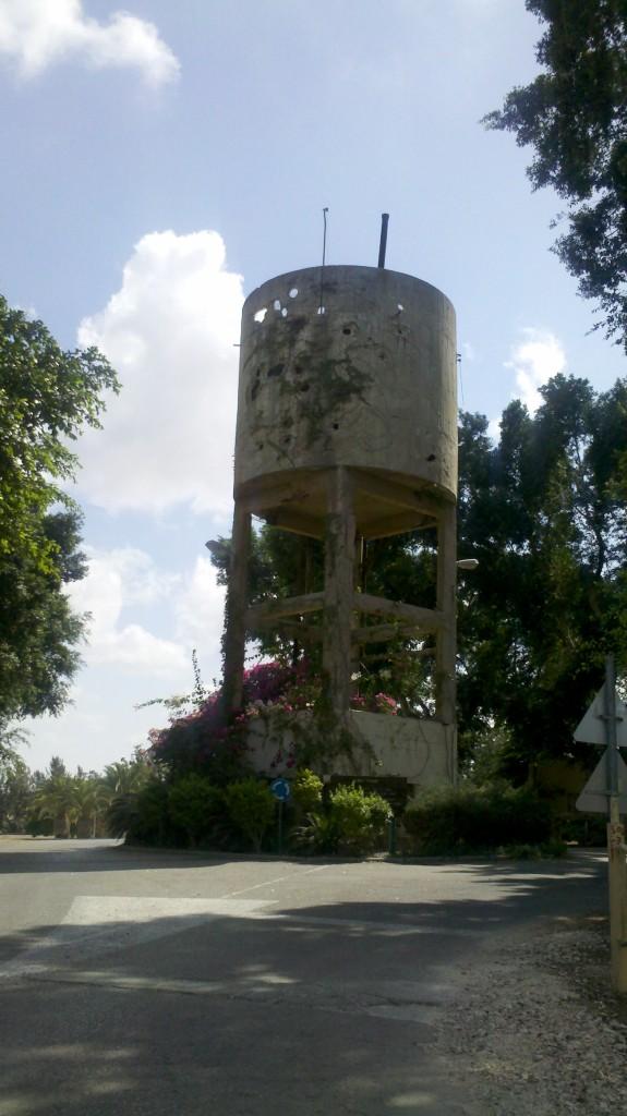 מגדל המים המנוקב בקיבוץ נגבה - צילום: אפי אליאן