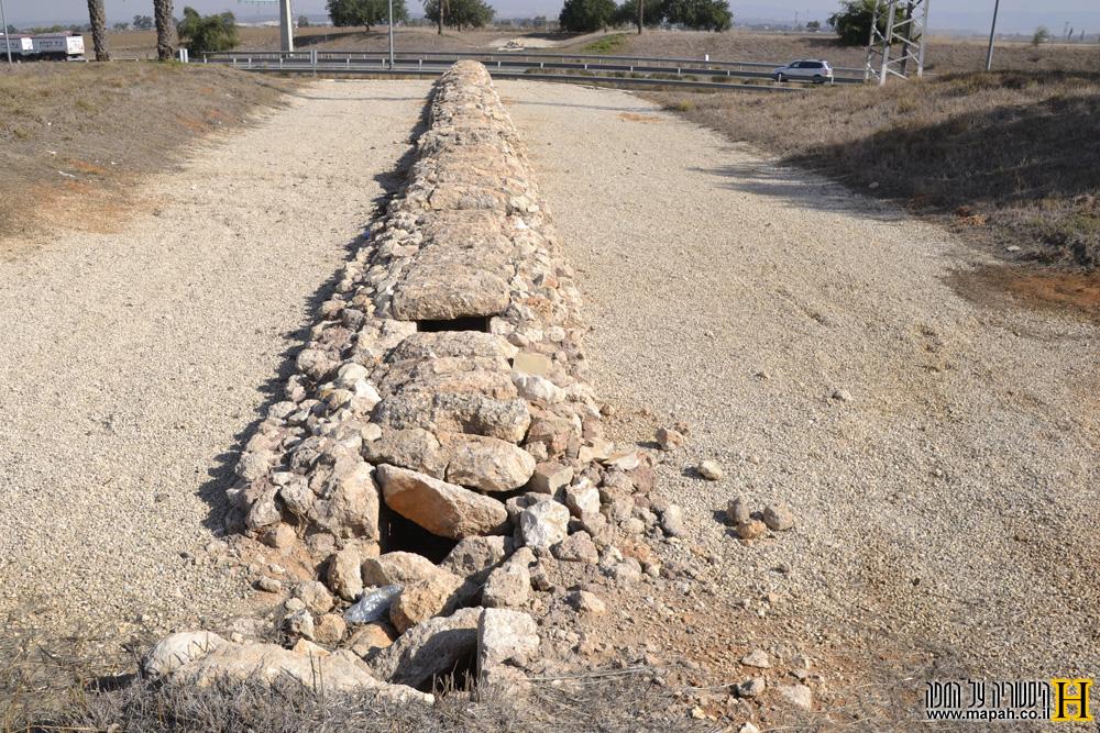 אמת המים ממערב למזרח מול כביש 6 - צילום: אפי אליאן