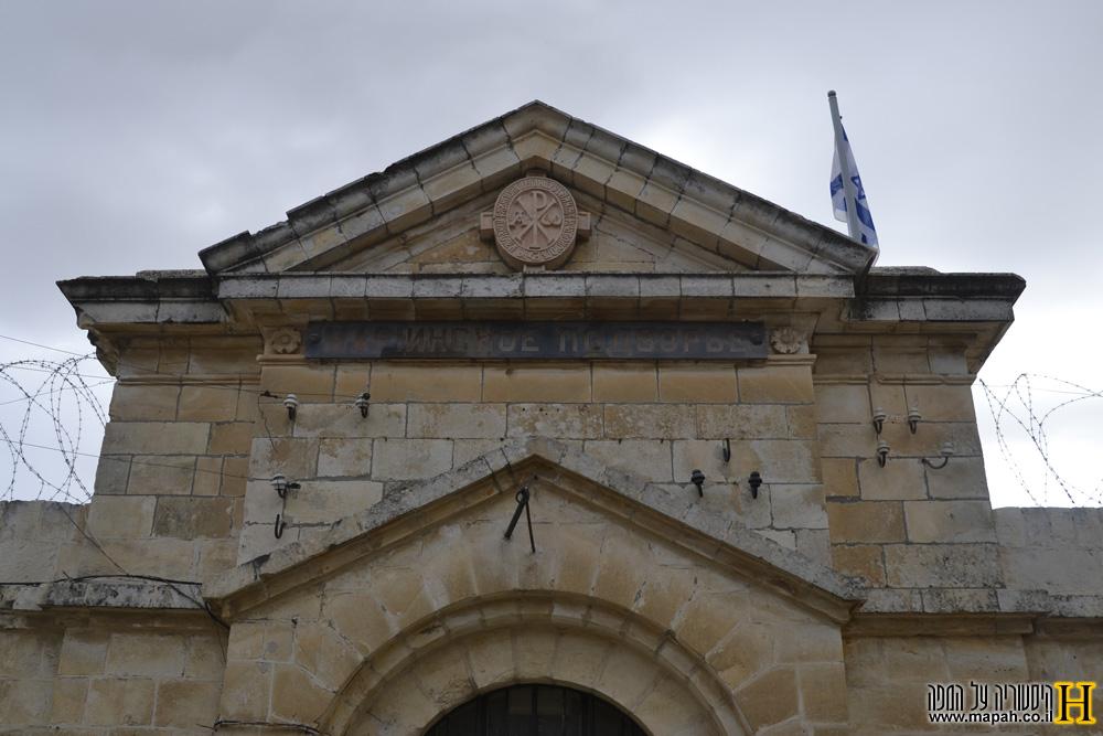 הכניסה למוזיאון אסירי המחתרות עם השילוט המקורי מהמאה ה-19 - צילום: אפי אליאן
