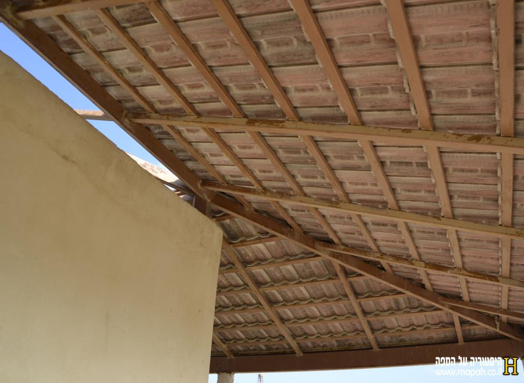תקרת גג הרעפים בדפנות בית שביתת הנשק - צילום: אפי אליאן