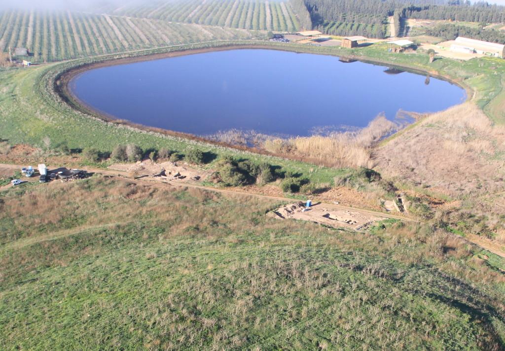 תמונה אוירית של התל ושטח החפירה. צילום: Skyview, באדיבות