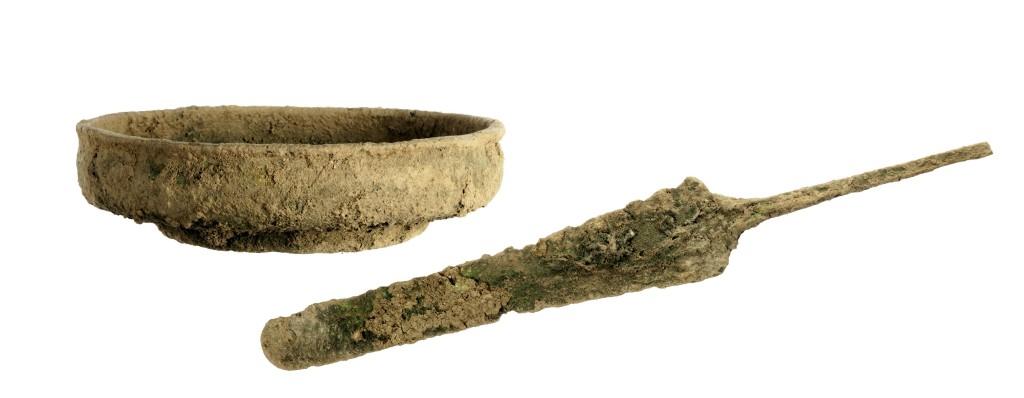 הפגיון וקערת הברונזה. צילום: קלרה עמית, באדיבות רשות העתיקות