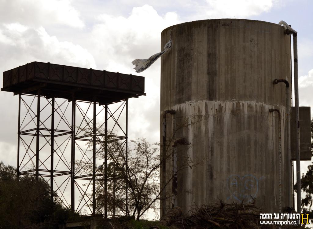 חדש מול ישן , שניים ממגדלי המים שנותרו מקיבוץ ניצנים הישן - צילום: אפי אליאן - כל הזכויות שמורות