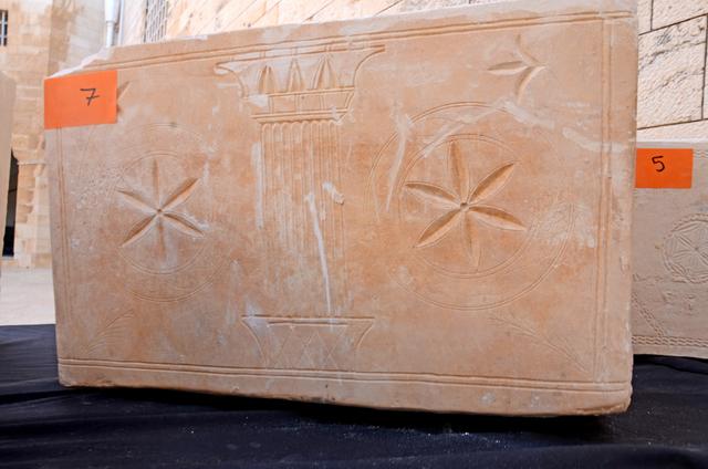 אחד מארונות הקבורה המפוארים שנתפסו - צילום: היחידה למניעת שוד ברשות העתיקות