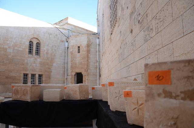ארונות הקבורה שנתפסו בנסיון המכירה - צילום: היחידה למניעת שוד ברשות העתיקות