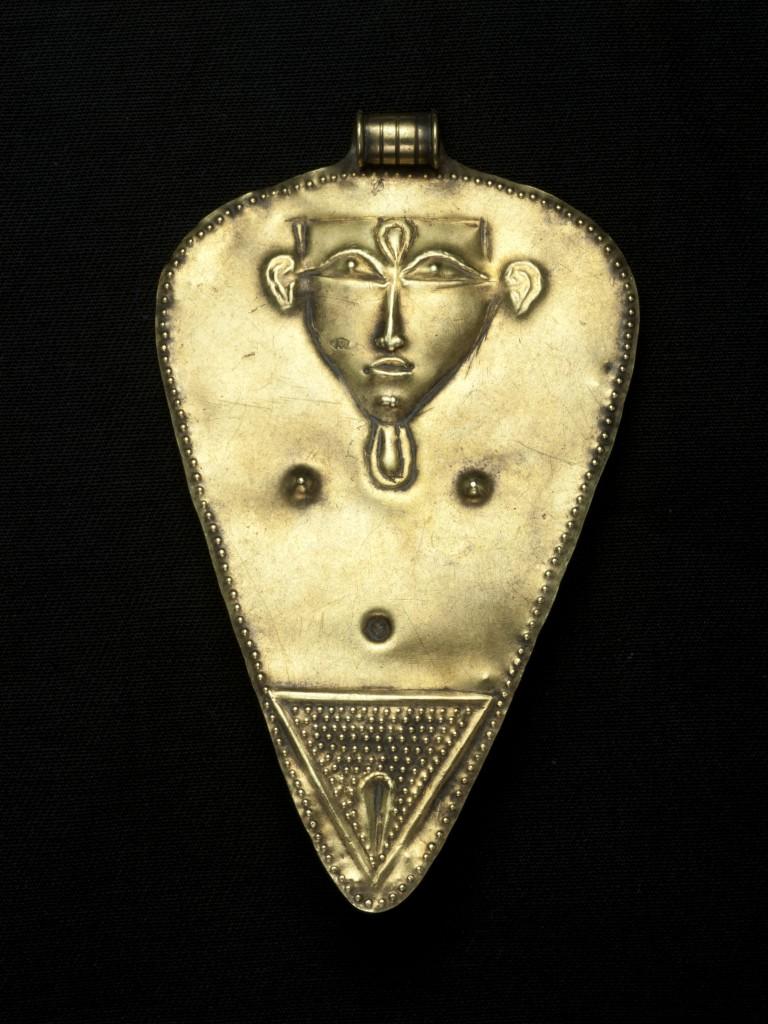 טיפת זהב מעוטרת בדמות אישה, תל אל- עג'ול, ברונזה תיכונה ב' - ברונזה מאוחרת, המאות ה- 15 וה-14 לפנהס. צילום: קלרה עמית, באדיבות רשות העתיקות