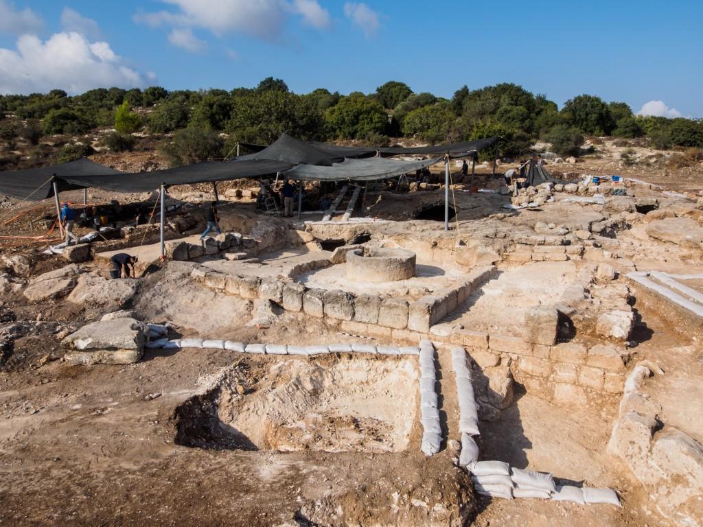 מראה החפירות הארכיאולוגיות המתבצעות במקום - צילום אסף פרץ