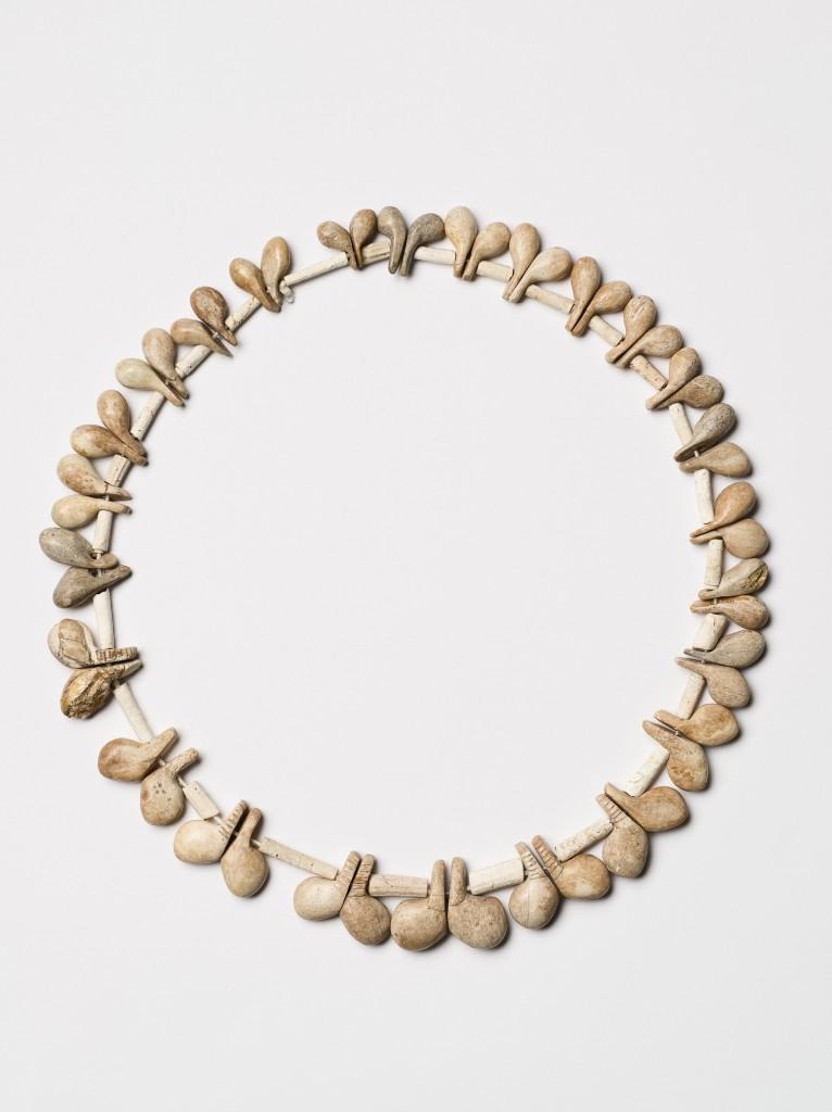 מחרוזת עצם, התק' הנטופית, מערת הנחל- צילום: מידד סוכובולסקי, באדיבות רשות העתיקות
