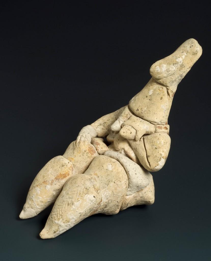 צלמית חרס דמויית אישה משער הגולן, התקופה ניאוליתית קרמית א האלף ה-6 לפנהס – צילום: קלרה עמית, באדיבות רשות העתיקות