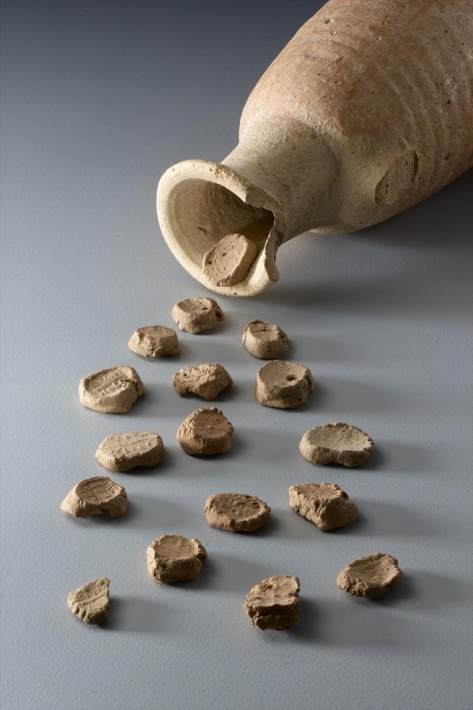 בולות נושאות כתובות עבריות, לכיש, תקופת הברזל, המאה ה-6 לפנהס- צילם מיקי קורן, באדיבות רשות העתיקות