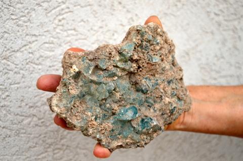 שרידי פסולת זכוכית עתיקה מבור האשפה - צילום: יולי שוורץ