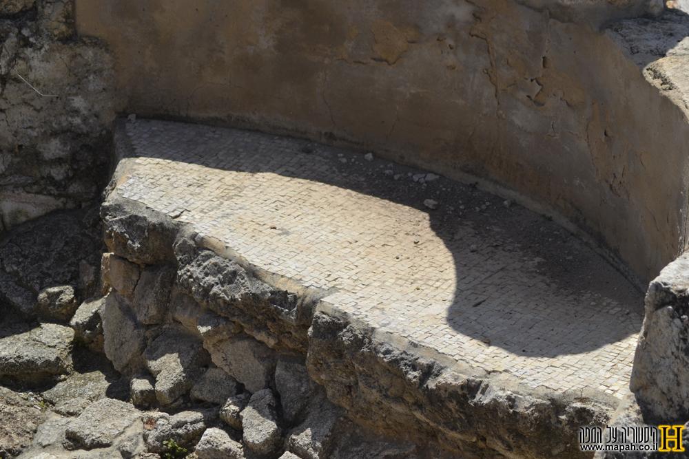 אמבטית החדר החם בבית המרחץ הרומי - צילום: אפי אליאן