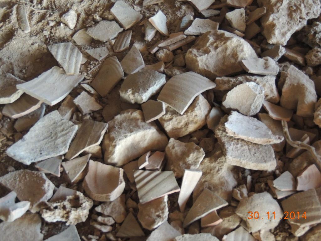 חוליית שודדי העתיקות זרעה הרס רב בשכבות האדמה של המערה - צילום: היחידה למניעת שוד ברשות העתיקות