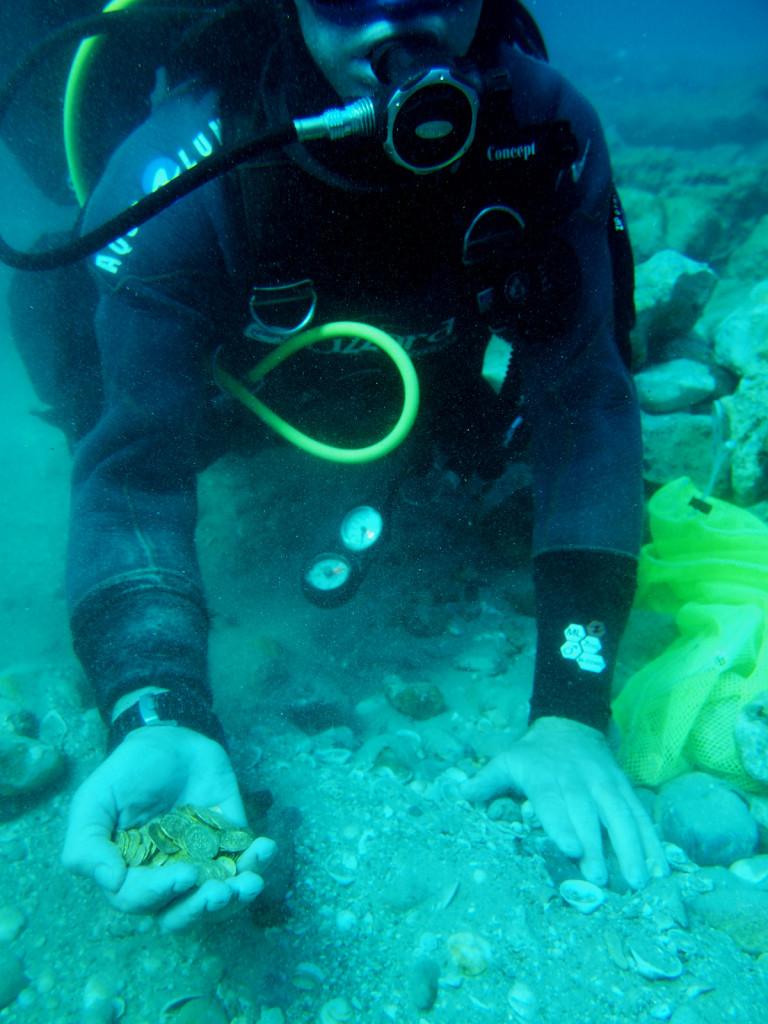 מלקטים את מטבעות הזהב מקרקעית הים בקיסריה - צילום: רשות העתיקות