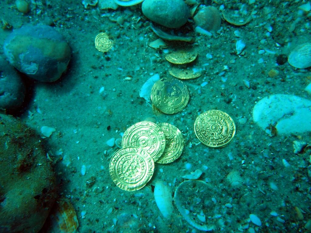 הרגעים הראשונים בו נחשפו המטבעות על קרקעית הים - צילום: רשות העתיקות