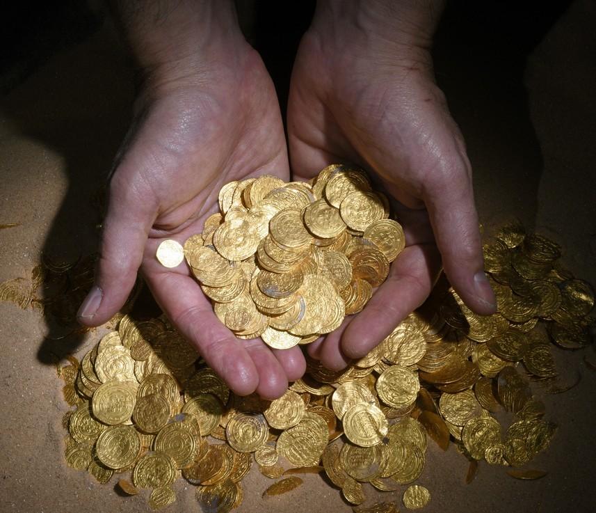מטבעות הזהב לאחר שהובאו לחוף מבטחים - צילום: קלרה עמית