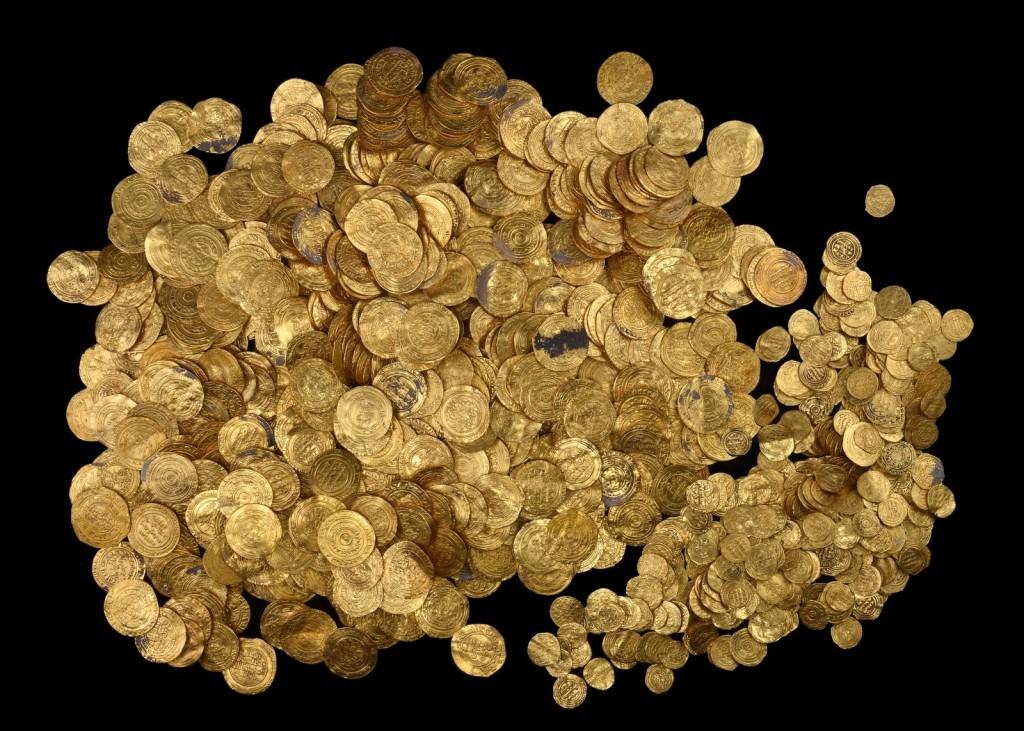 חלק ממטבעות הזהב שהובאו למעבדת רשות העתיקות - צילום: קלרה עמית