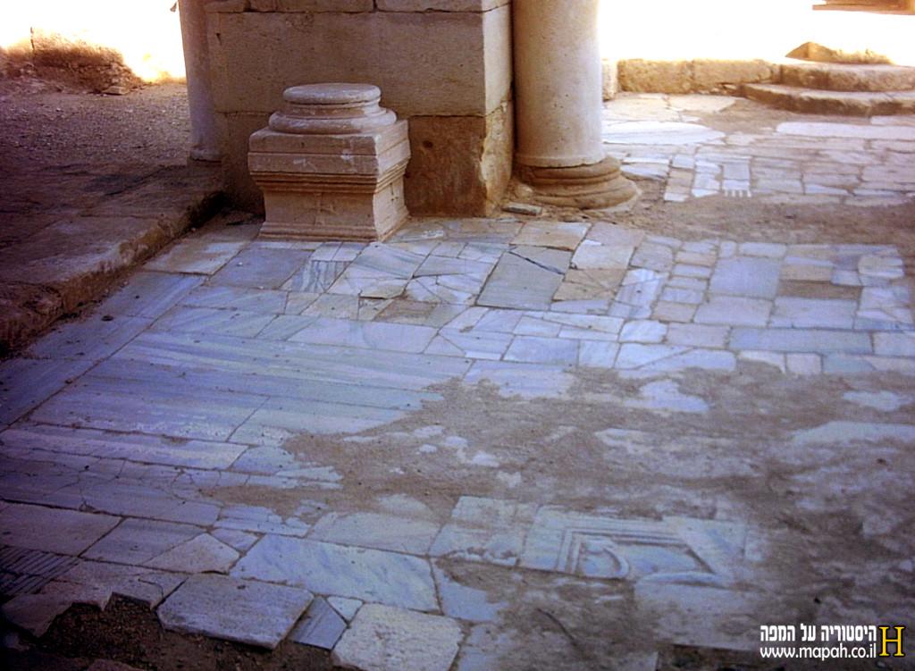 בוני הכנסיה השתמשו בכל הבא ליד משרידים רומים ובזנטים לבניית הכנסיה - צילום: אפי אליאן