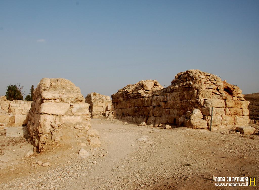 שרידי החומה הצלבנית המובילים לכנסיה והמצודה - צילום: אפי אליאן