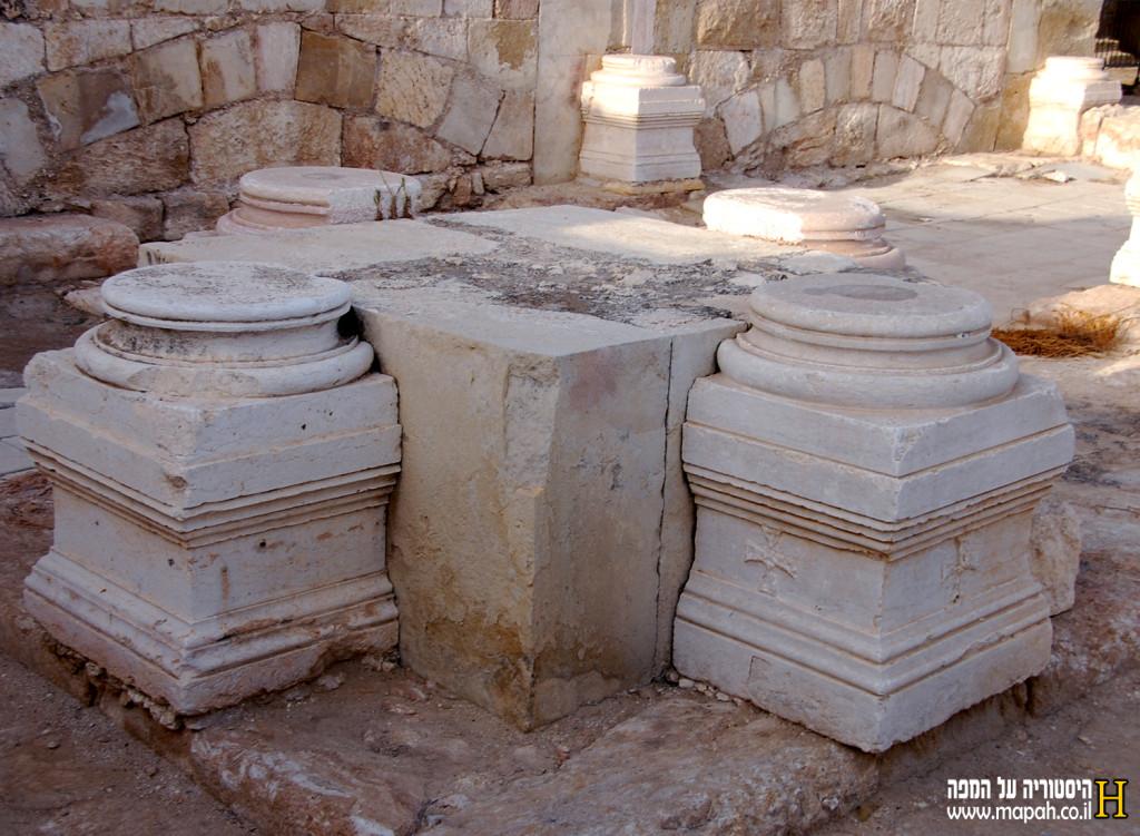 שרידי עמודי הסיטראה הדרומית שנותרו על תילם - צילום אפי אליאן