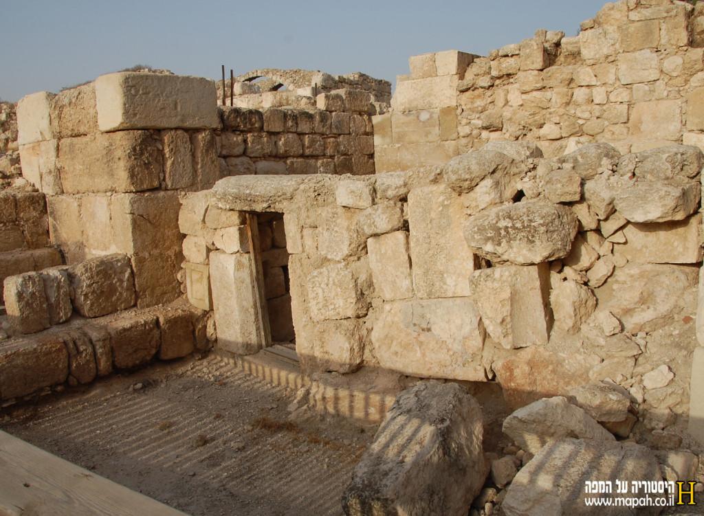 שרידי החדרים המובילים לחצר הפנימית של המצודה המבוצרת - צילום: אפי אליאן