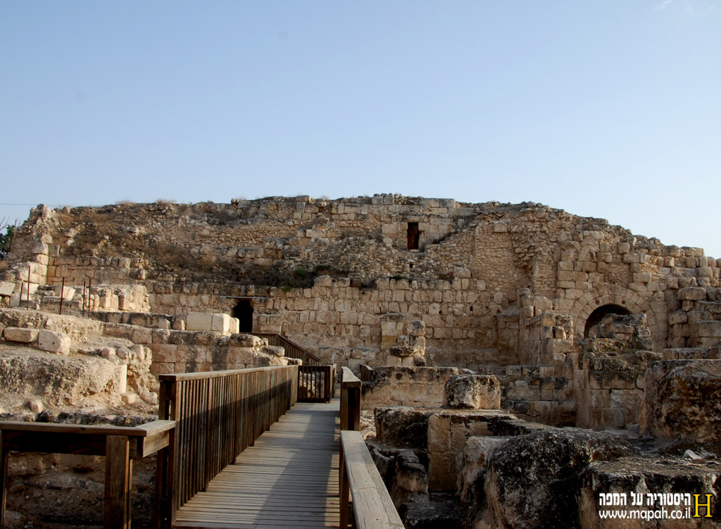 מבט מצפון לדרום לעבר חומת הכנסיה הצלבנית - צילום: אפי אליאן