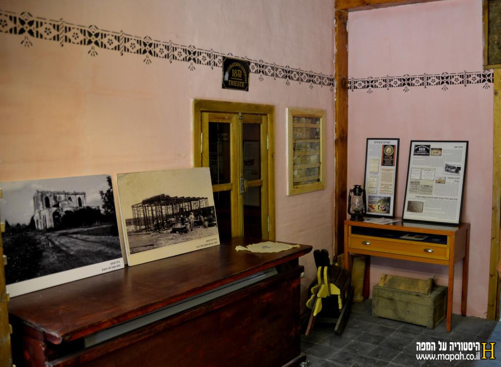 קיר משוחזר וחפצים בחלק המגורים של בית הדפוס - צילום: אפי אליאן